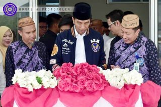 Jokowi Tandatangani Prasasti Rusun Mahasiswa UM-Go