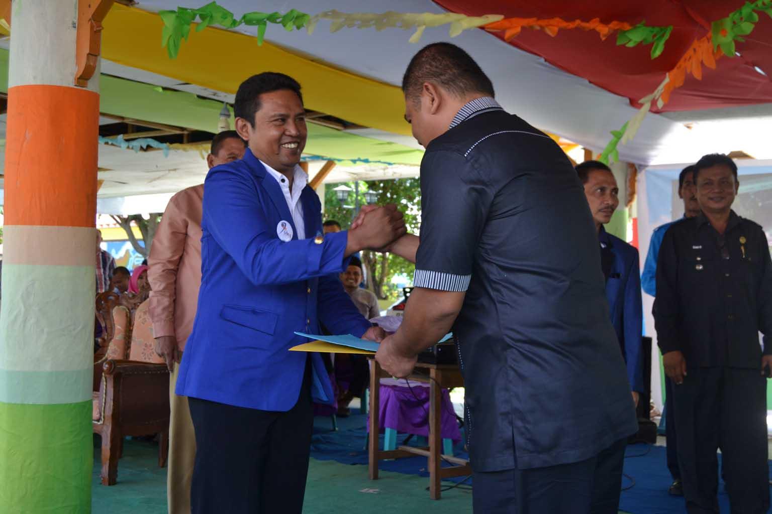 Rektor Serahkan SK Beasiswa Aparat Desa